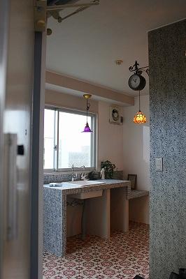 玄関を入った所から見る窓際のキッチン