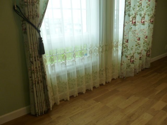 レースのカーテンとミントグリーンに花柄のカーテン