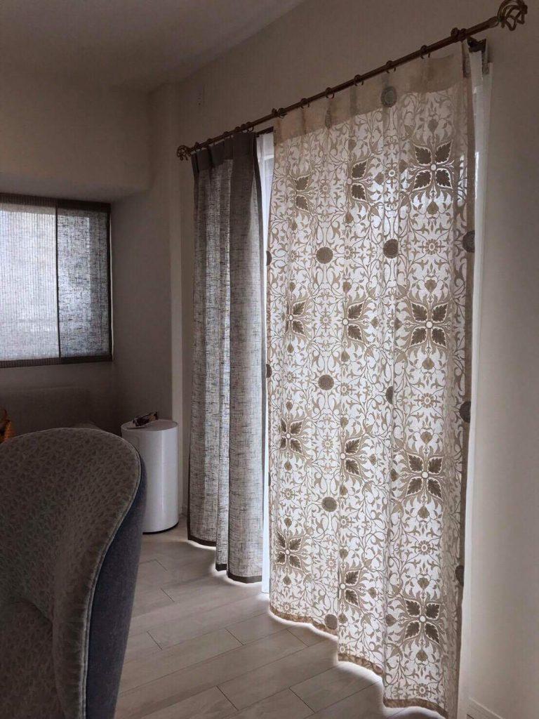 葉っぱ柄がデザインされたカーテン