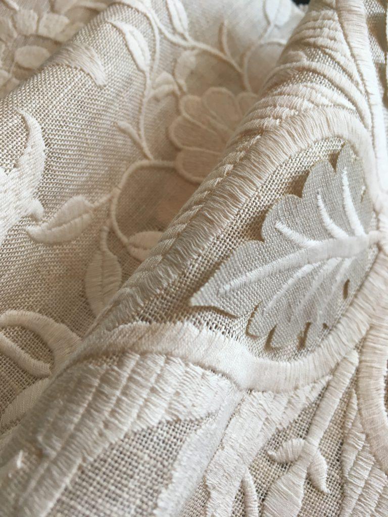 葉っぱ柄の刺繍とアップリケのアップ