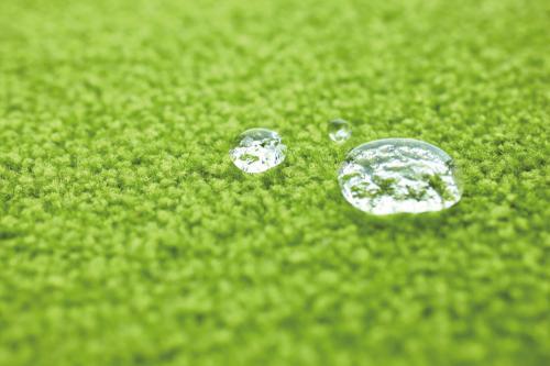水を弾いているパネルカーペットの写真