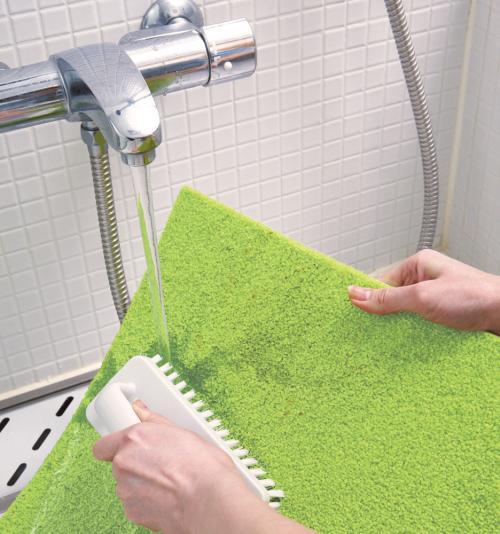 お風呂場でパネルカーペットを水洗いしている写真