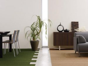 パネルカーペットを敷いたダイニングの写真、左側に机や椅子、右側にソファー