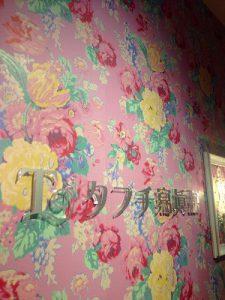 ピンクを基調とした花柄の壁紙「タブチ写真館のロゴ」をのせてある