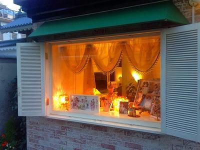 中からオレンジ色にライトアップされたディスプレイ用の出窓