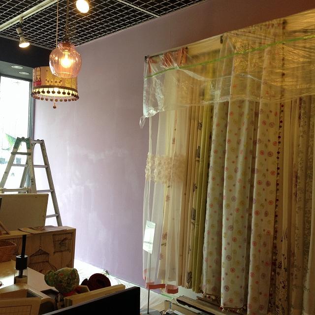パープルになった壁とカーテン