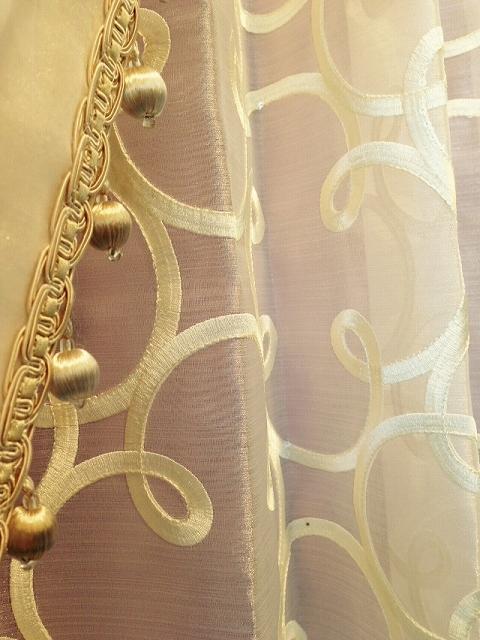 白いカーテンの生地アップ