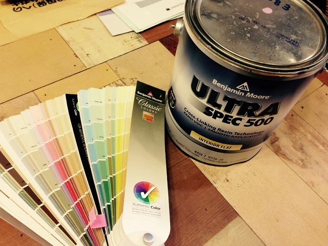 塗料の入った缶とカラーサンプル
