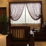 カーテン全体とソファーが置かれた部屋の様子