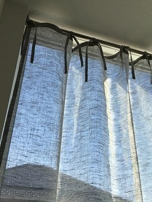 薄いグレーのカーテン上部