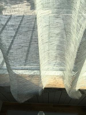 薄いグレーのカーテン生地