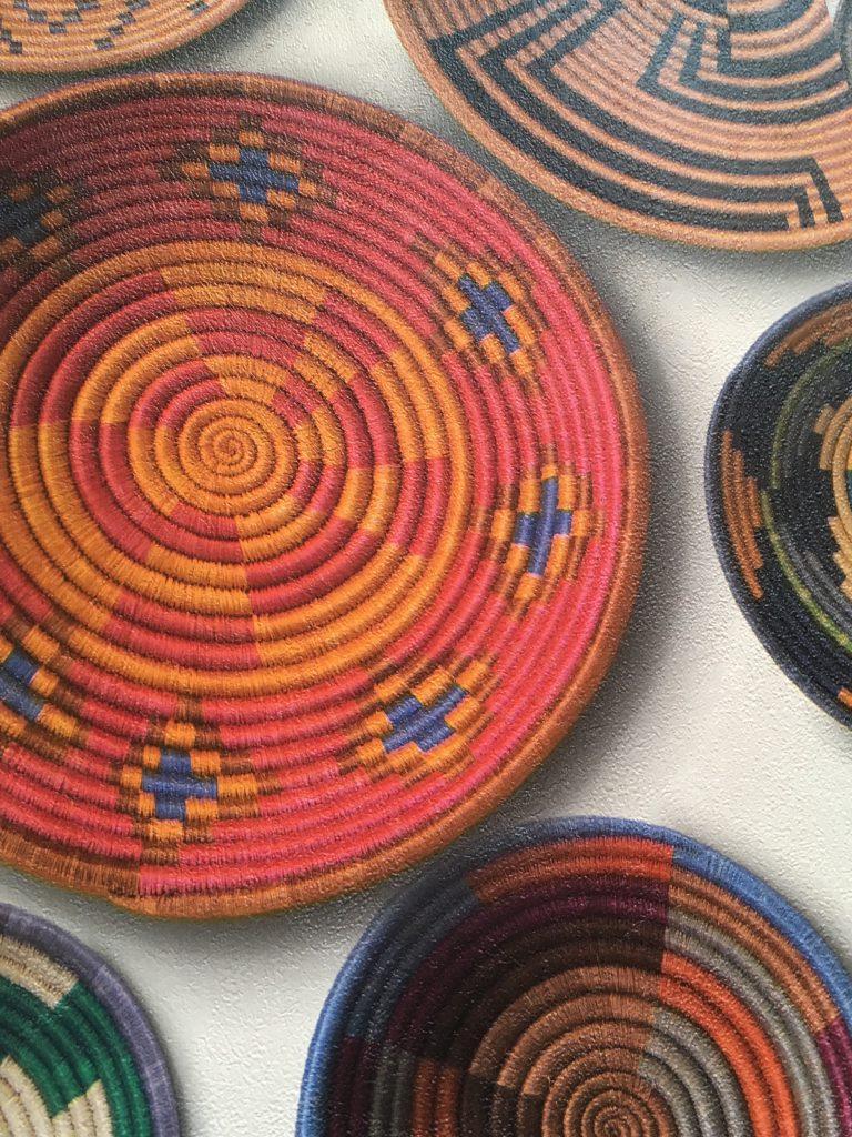 主に暖色で作られた丸い壁掛けインテリアの写真