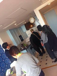 内覧会の様子。数人の人が部屋を見学している