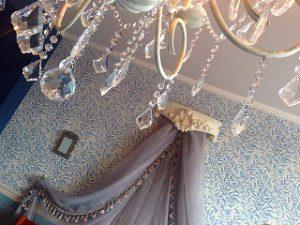 天蓋カーテンと手前にシャンデリアのような飾りが写った写真