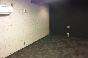AVルームの写真一枚目、白と黒を基調としたシックな室内にエアコン