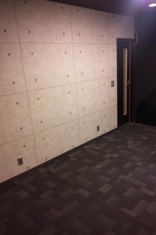 AVルームの写真二枚目、壁紙はコンクリート打ちっぱなし柄のクロス