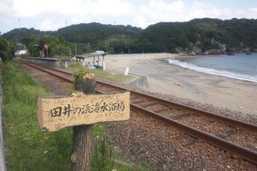 田井ノ浜海水浴場と手前に線路