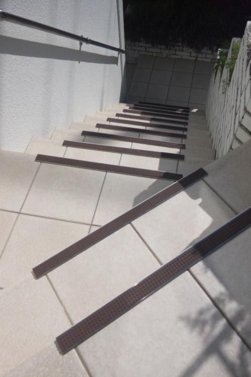 滑り止めを取り付けたタイル製の降り階段