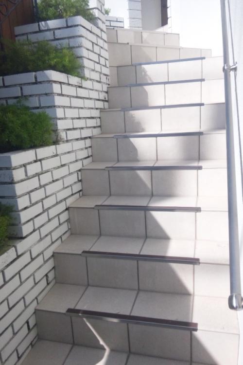 滑り止めとノンスリップを取り付けたタイル製の昇り階段