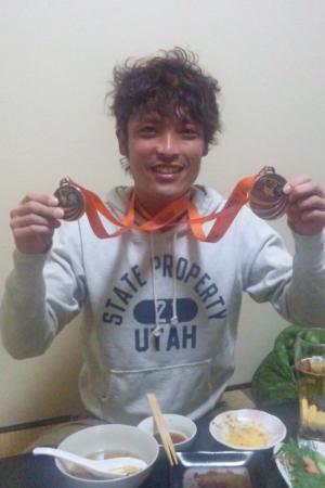 メダルを2個かけている男性