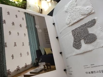 くま柄のカーテンの部屋が掲載されたページとサンプル生地