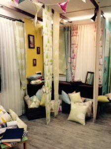 カーテンやクッションが置かれている部屋の一角