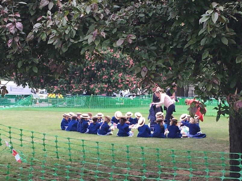 公園の制服を着た子ども達