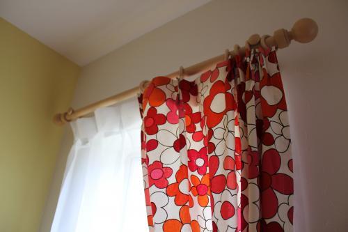 赤いプリント柄のカーテンアップの写真