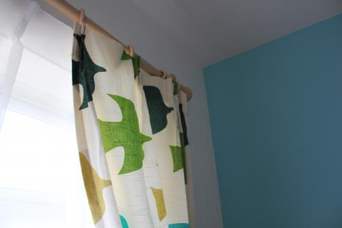 グリーン系のプリント柄カーテンのアップの写真