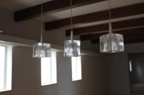 天井から吊り下がった3つのライト
