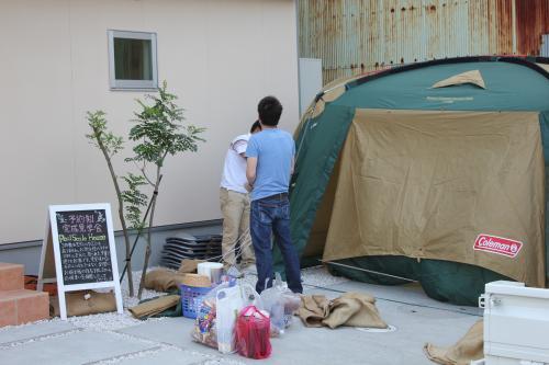 家の外にテントをはる様子