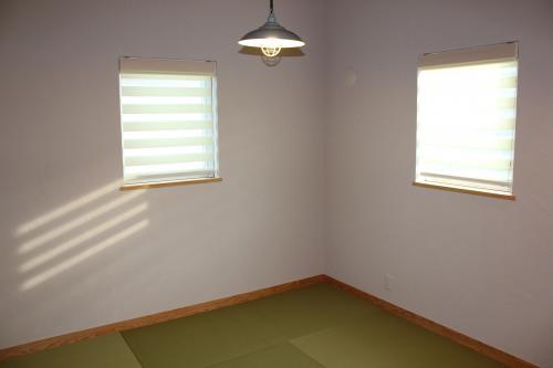 ロールスクリーンが付いた窓がある和室