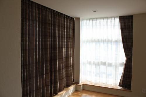 大きな窓がある部屋の角の写真