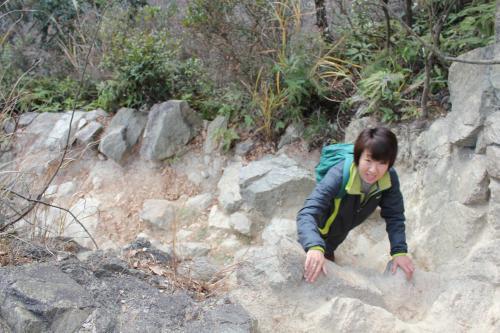 岩場を登る奥さん