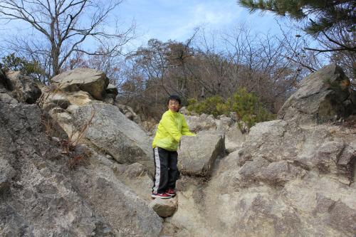 岩場を上る次男