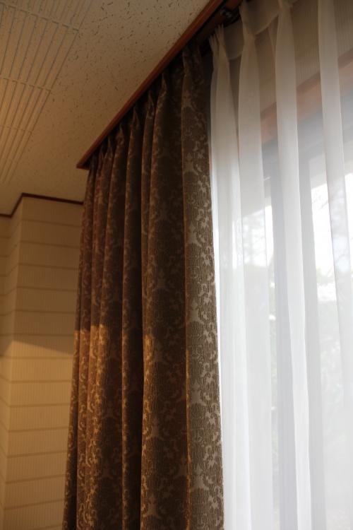 天井から吊られた丈の長いカーテン