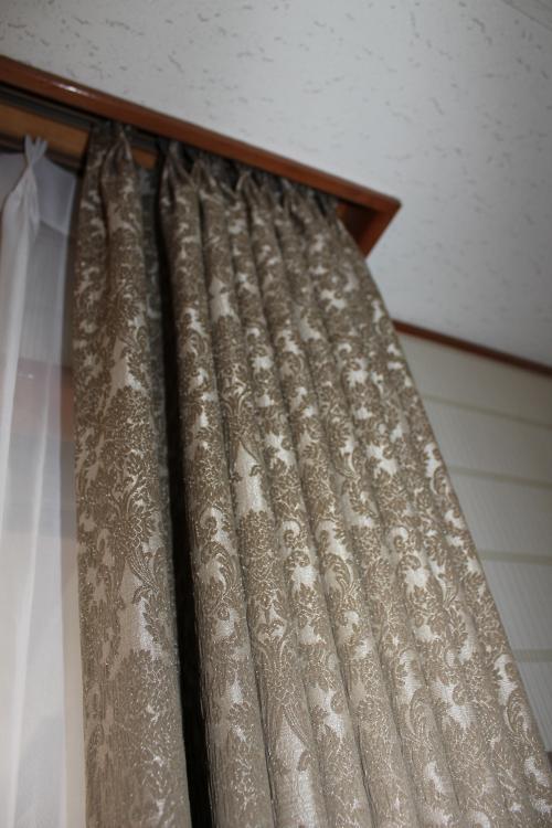 天井から吊られたカーテンの上部アップの写真