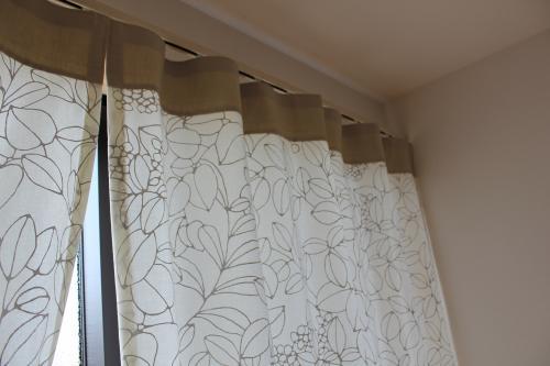 リーフ柄カーテンの上部の写真