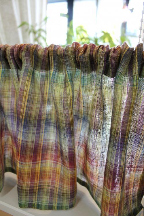 暖色を基調としたチェックのカフェカーテンの写真