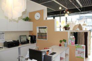 サンアイ店内の写真、中央にオレンジクロスの間仕切り壁が設置されている