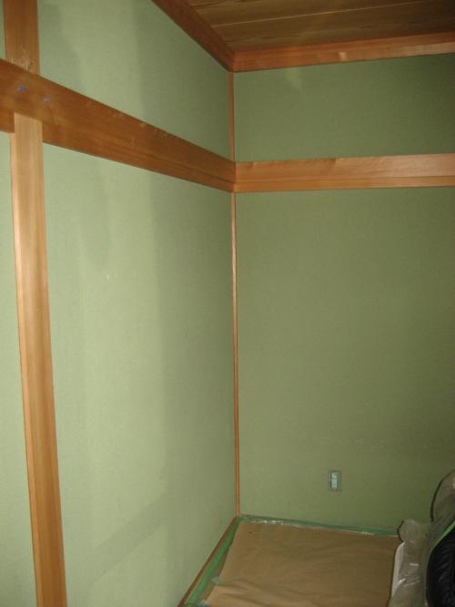 リフォーム前の写真、緑色の砂壁の和室