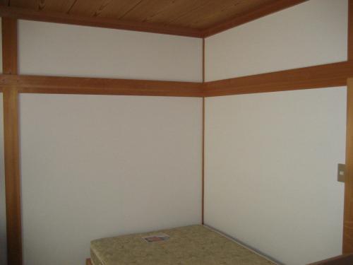 リフォーム後の写真、壁にクリーム調のクロスを貼って和室から洋室へ