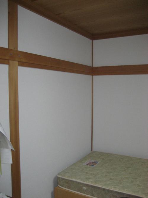 リフォーム後の写真二枚目、部屋の角側とベッド
