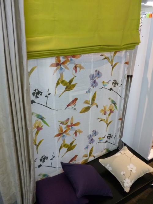 鳥の柄のカーテンが展示されている様子
