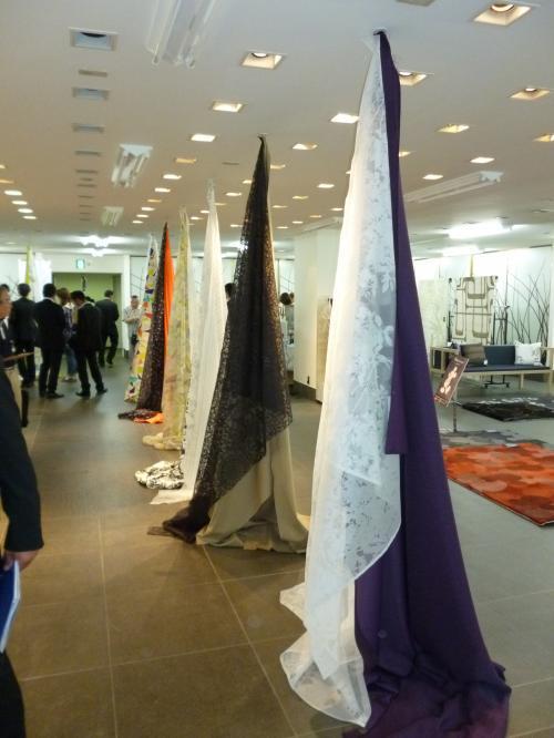 天井から吊るす形で展示された沢山のカーテン