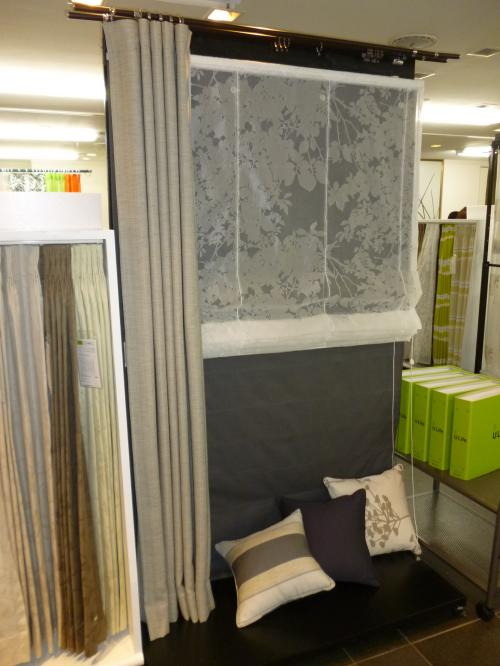 グレーを基調としたカーテンが展示されている様子