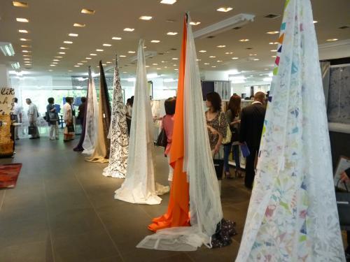 天井から吊るされる形で展示された沢山のカーテン