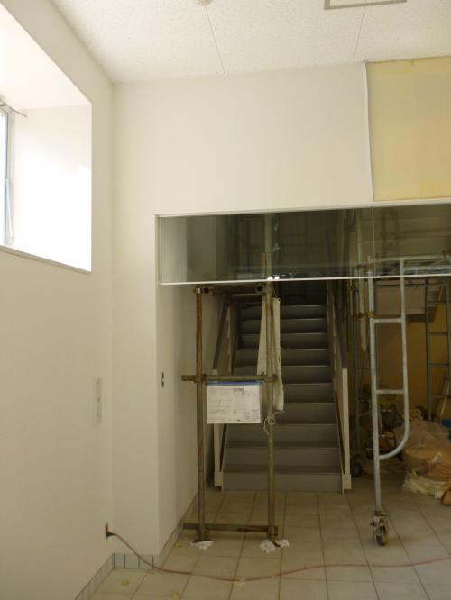 室内の工事風景写真一枚目、階段手前に鉄骨の足場が組まれている