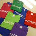 様々な色のTシャツ