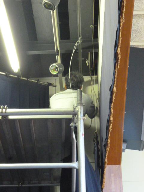 カーテンレール修理の様子を下から写した写真